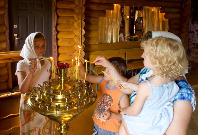 Församlingsboljuset undersöker höga alice som besöker kyrkan royaltyfria foton