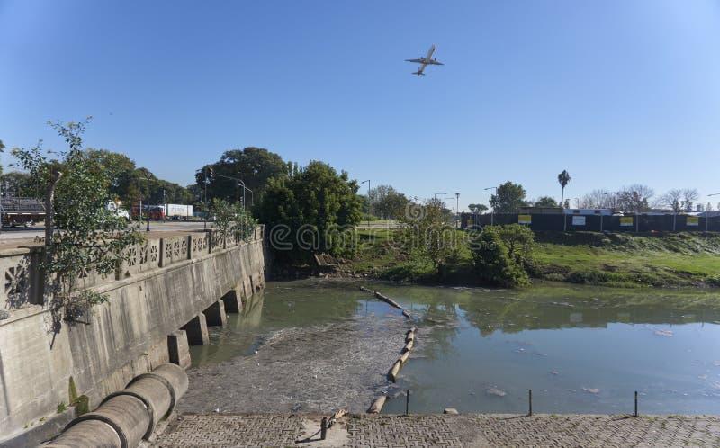 Förse med kloaker urladdning in i floden royaltyfria bilder
