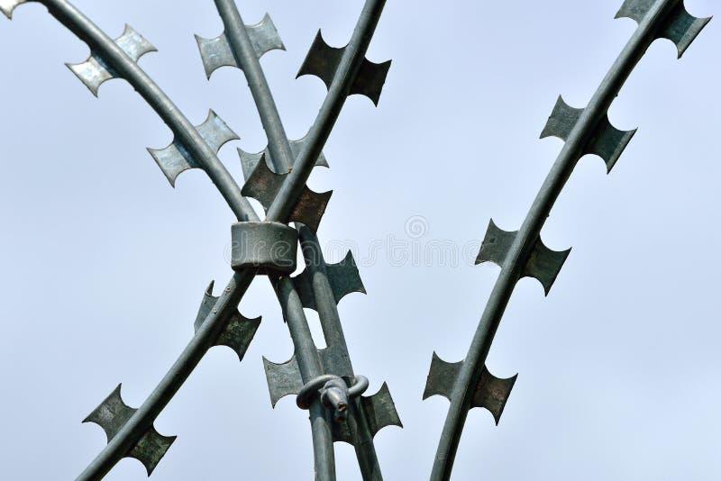 Försedd med en hulling och rakknivtråd för hög säkerhet royaltyfri fotografi