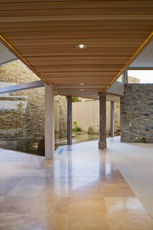 Försedd med pelare gångbana av det moderna huset arkivfoton