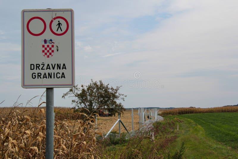 Försett med en hulling - binda installation på Ungrare-kroaten gränsen arkivbilder
