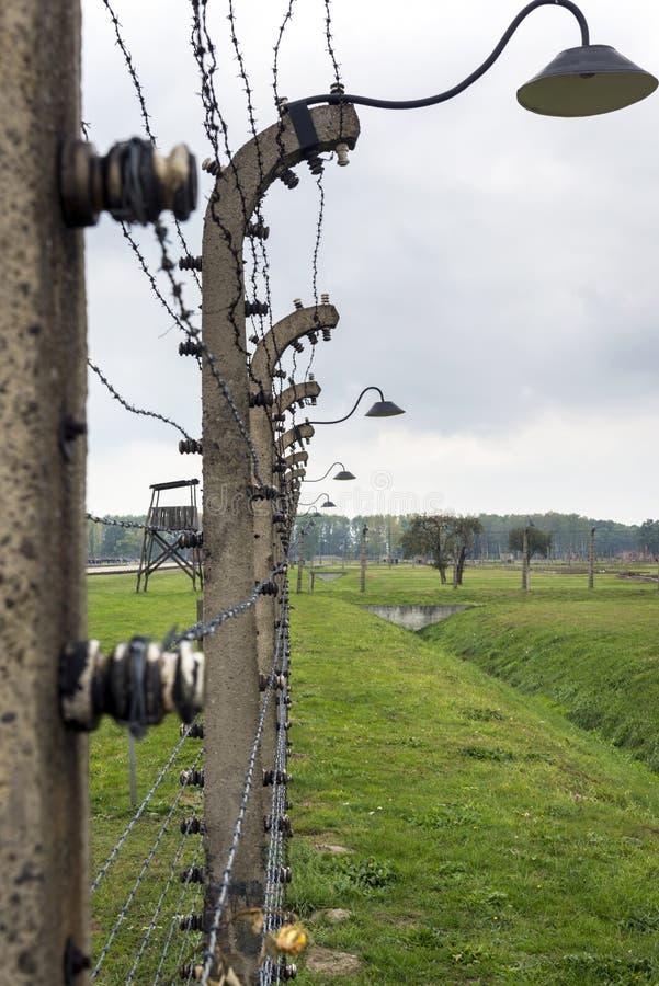 Försett med en hulling - trådstaket i den Auschwitz II-Birkenau koncentrationsläger i Polen arkivbild