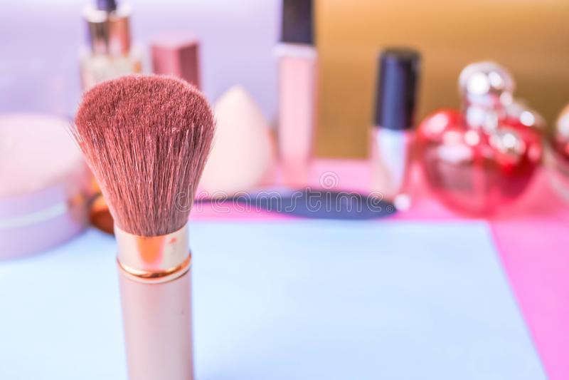 Försiktig borste av naturlig förbandsgas för att applicera pulver på bakgrunden av en kosmetisk tabell för makeup för skönhetvägl royaltyfri fotografi