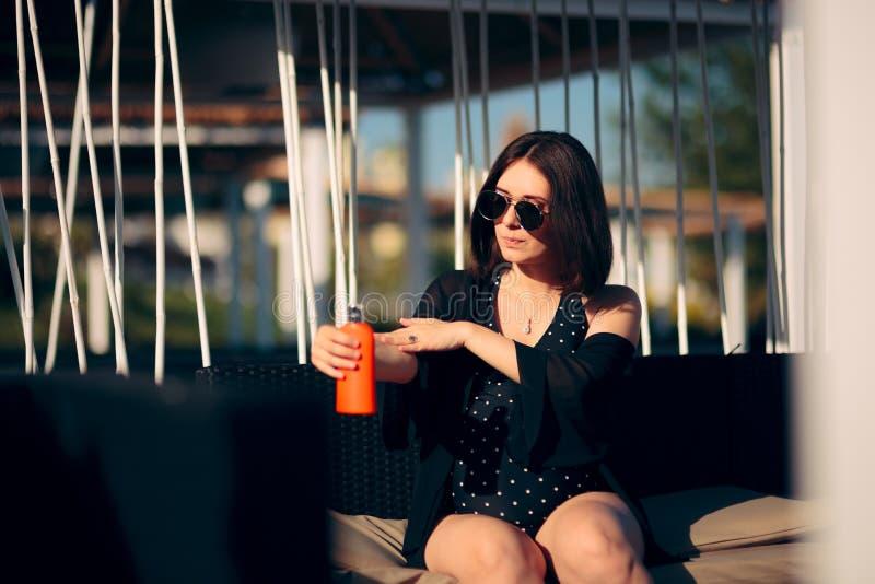 Försiktig gravid kvinna som använder lotion för solskärm arkivfoton
