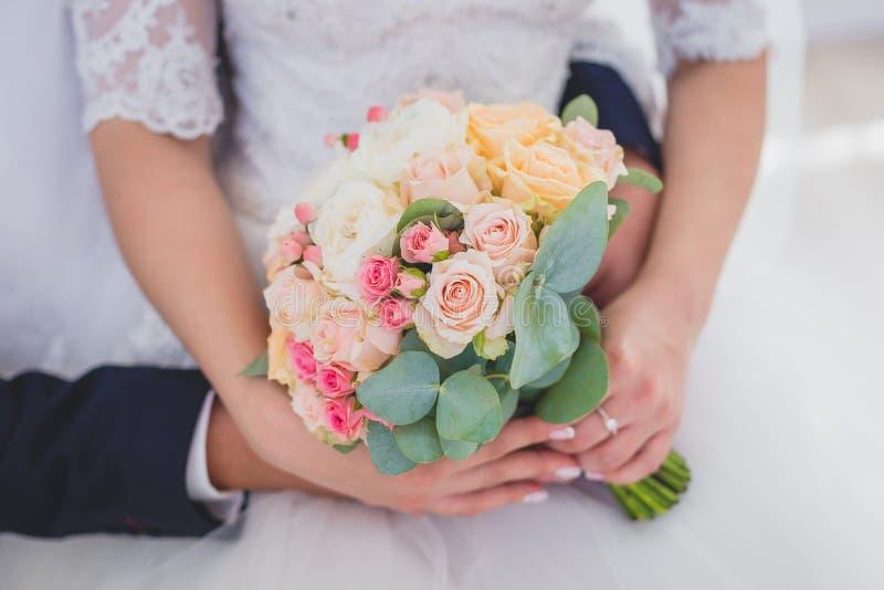 Försiktig hand av brudgummen i handen för brud` s royaltyfria foton