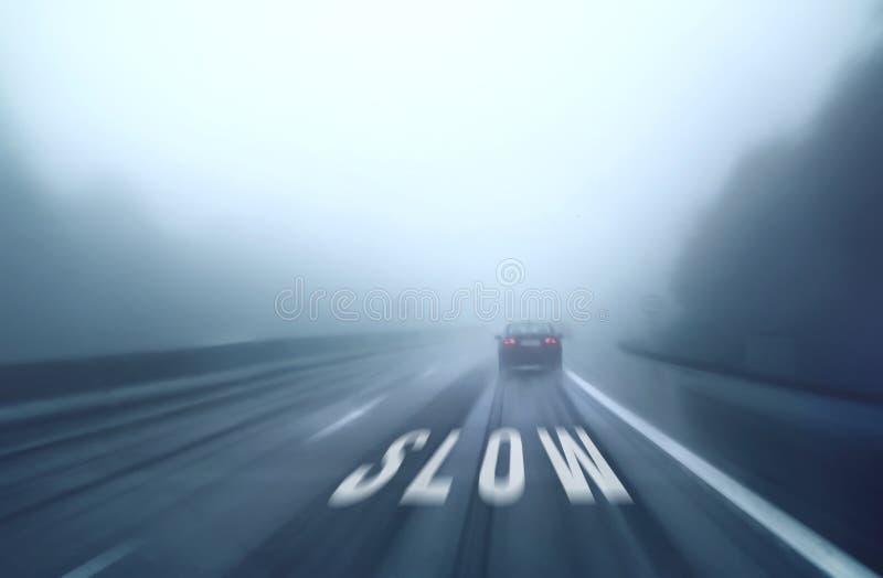 Försiktig körning på en hal väg arkivfoton