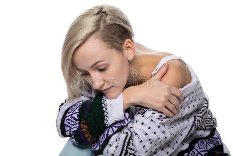 Försiktig ledsen blond kvinna royaltyfria bilder