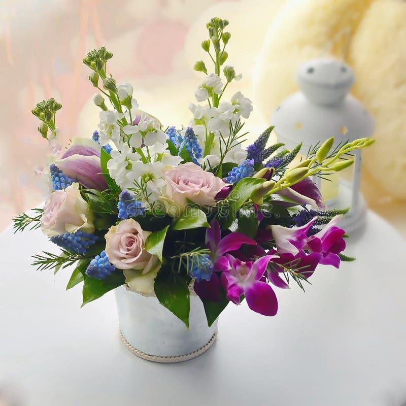 Försiktig lila bukett med eustomy arkivbilder