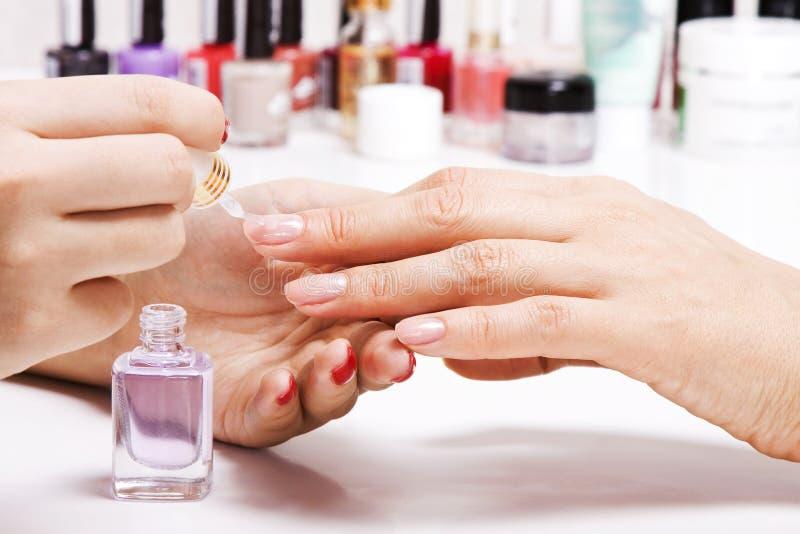 Försiktig omsorg av spikar i en skönhetsalong royaltyfria bilder