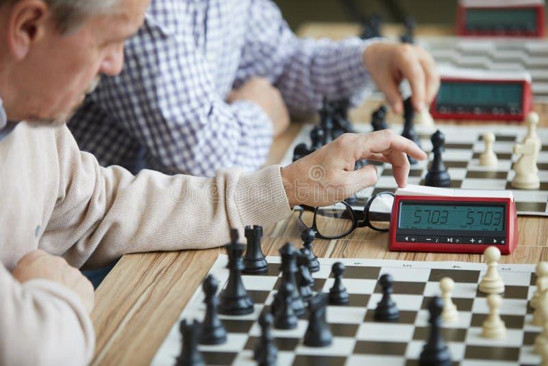 Försiktig trängande schackklocka arkivfoto