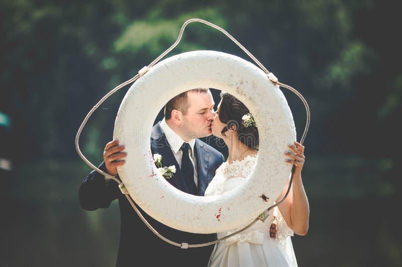 Försiktigt romantiskt stilfullt ursnyggt lyckligt mycket av förälskelsepar royaltyfri fotografi