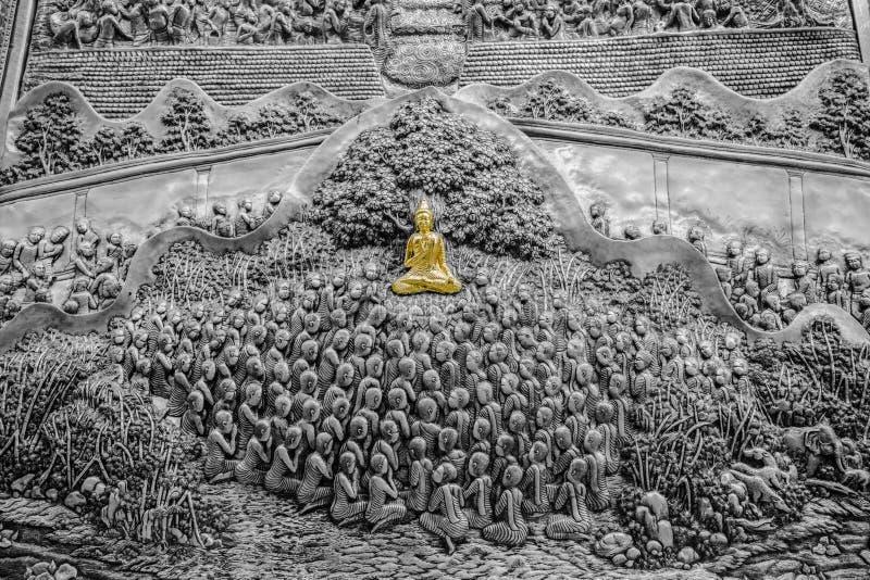 Försilvra att snida konst av Buddha- och lärjungemunken arkivfoton