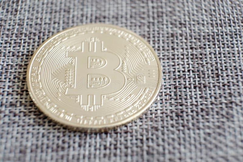 Försilvra bitcoin med reflex och retro översiktsbakgrund Affär för överföring för pengar för bankrörelsen för bitmyntcryptocurren arkivbilder