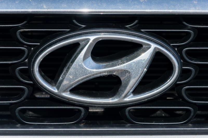 Försilvra den Hyundai logoen på bilen Hyundai Motor Company är en sydkoreansk multinationell automatisk producent som förläggas h royaltyfria bilder