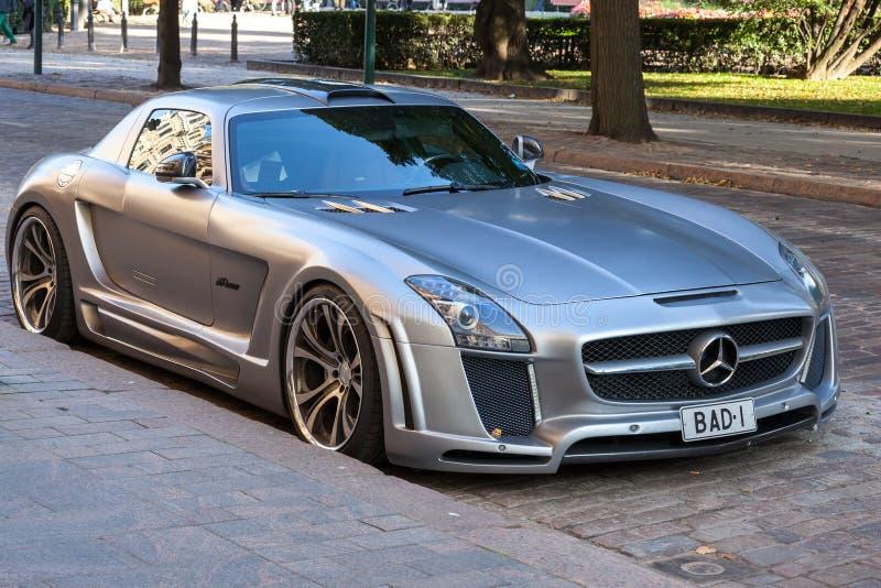 Försilvra den metalliska Mercedes-Benz SLS roadster som trimmas av FAB Design royaltyfria foton