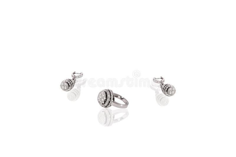 Försilvra dyrbara cirkelörhängen med diamanter på vit isolerad bakgrund royaltyfri bild