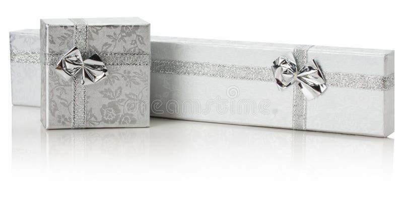 Försilvra gåvaaskar som isoleras på den vita bakgrunden royaltyfria foton