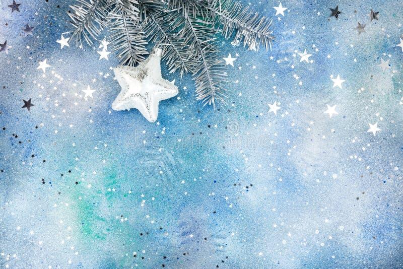 Försilvra julträdfilialen med garneringar och konfettier fotografering för bildbyråer