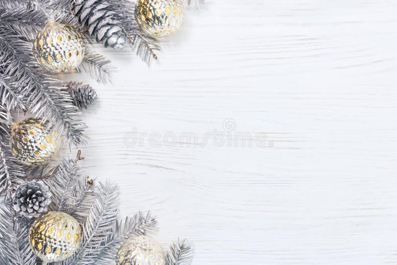 Försilvra julträdfilialer som dekoreras med glödande ljus garl royaltyfri bild