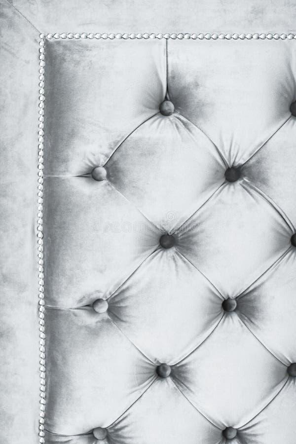 Försilvra lyxig velour vadderad soffastoppning med knappar, elegant hemdekortextur och bakgrund arkivbild