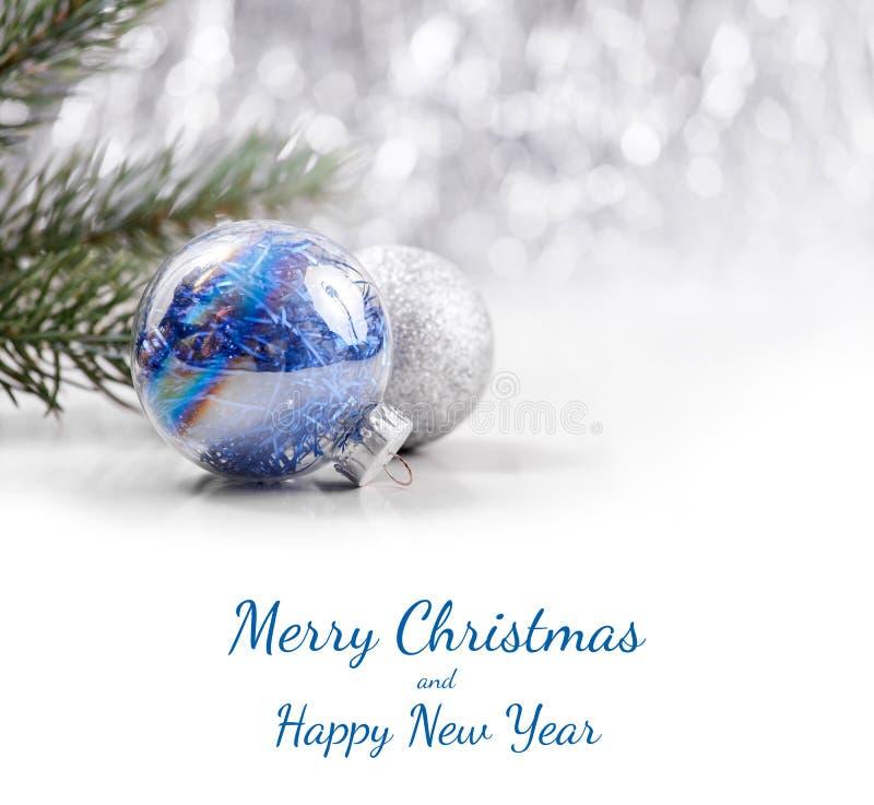 Försilvra och slösa julprydnader som bollar blänker på bokehbakgrund med utrymme för text Xmas och lyckligt nytt år royaltyfri foto