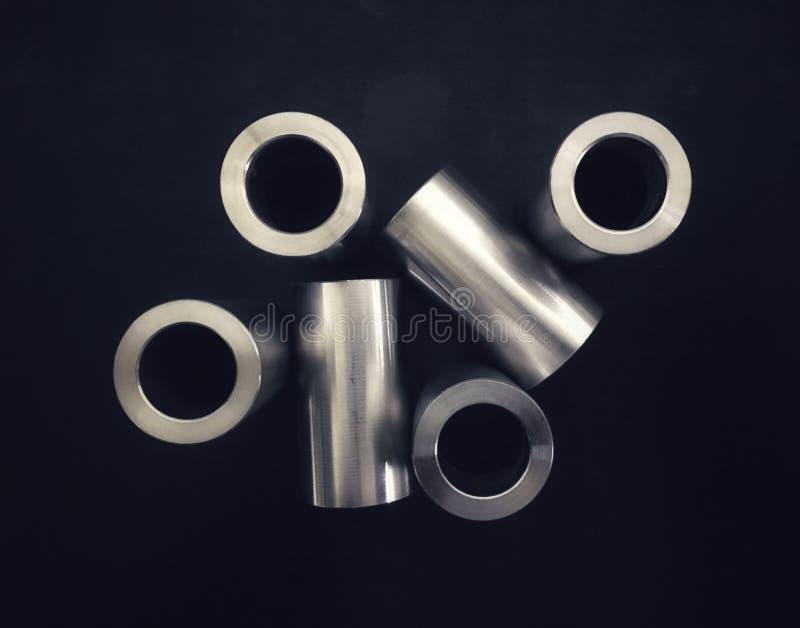 Försilvra rostfritt stålcylindern för branschsammansättning på svart bakgrund arkivfoto