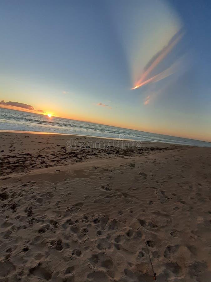 Försilvra sander och orange himmel royaltyfri foto