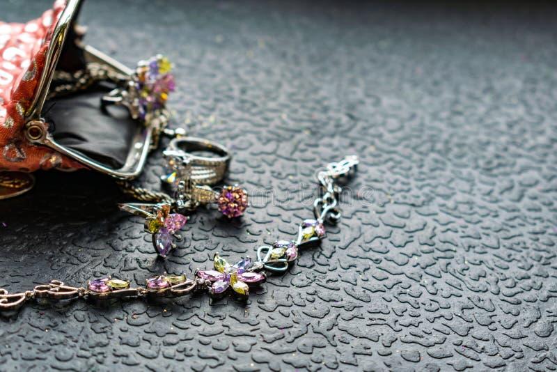 Försilvra smycken med den kulöra sten-kubikzirkoniumdioxiden av olika färger, delikata skuggor Smycken som är rosa som är gröna s arkivfoto