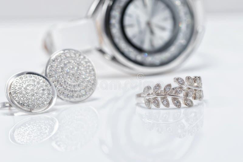 Försilvra smycken med klockor för ` s för pärlor och för eleganta kvinnor royaltyfria bilder