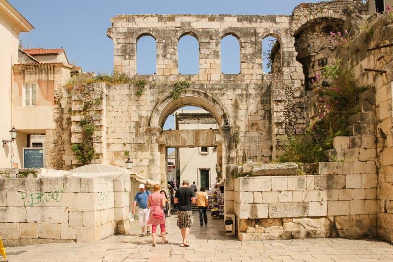 Försilvra utfärda utegångsförbud för Slott av kejsaren Diocletian split croatia arkivfoton