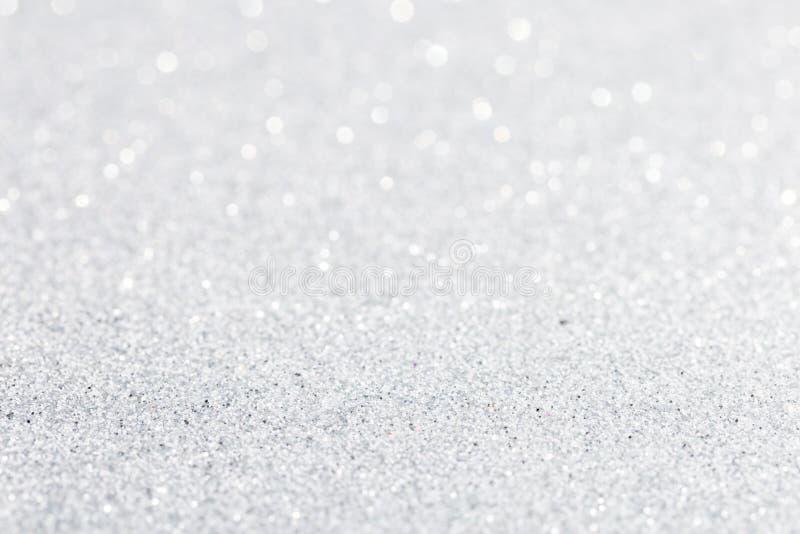 Försilvra vit gnistrandebokehbakgrund royaltyfria bilder