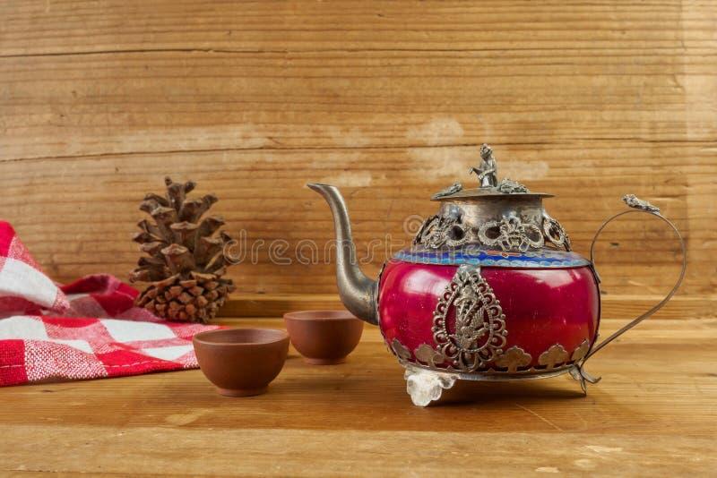 Försilvrar den kinesiska tekannan för tappning som göras av gammal jade, och Tibet med mo arkivfoton