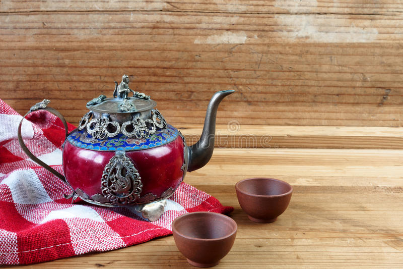 Försilvrar den kinesiska tekannan för tappning som göras av gammal jade, och Tibet med mo arkivbild