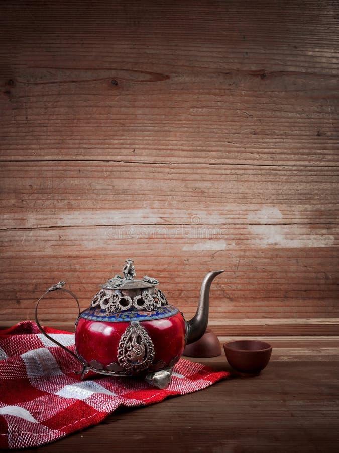 Försilvrar den kinesiska tekannan för tappning som göras av gammal jade, och Tibet med mo royaltyfri fotografi
