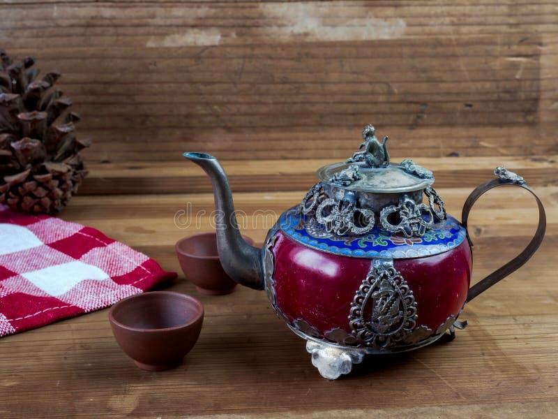 Försilvrar den kinesiska tekannan för tappning som göras av gammal jade, och Tibet med mo arkivfoto