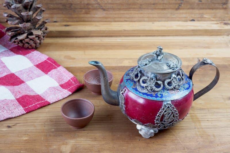 Försilvrar den kinesiska tekannan för tappning som göras av gammal jade, och Tibet med mo arkivbilder