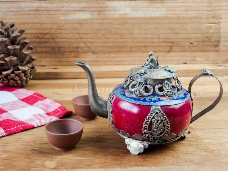 Försilvrar den kinesiska tekannan för tappning som göras av gammal jade, och Tibet med mo royaltyfria bilder