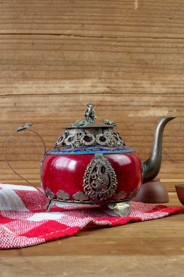 Försilvrar den kinesiska tekannan för tappning som göras av gammal jade, och Tibet med mo royaltyfri foto