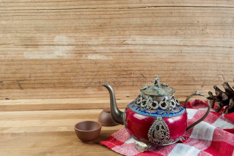 Försilvrar den kinesiska tekannan för tappning som göras av gammal jade, och Tibet med mo royaltyfri bild