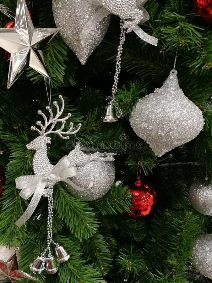 Förskönad julgarnering blänker silverprydnader fotografering för bildbyråer