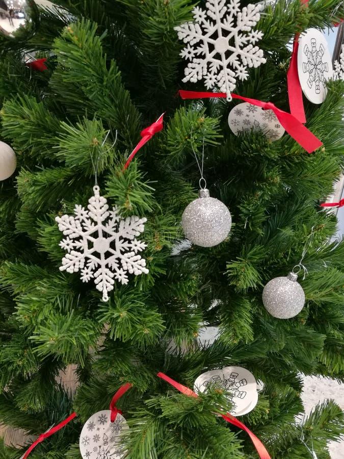 Förskönade hängande boll, snöflinga och prydnader för julgrangarnering royaltyfri fotografi