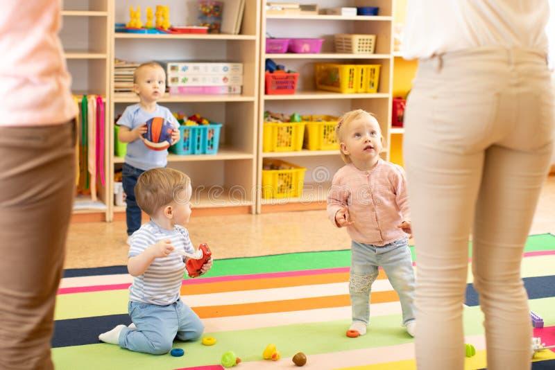 Förskole- barn i barnkammare med läraren royaltyfria bilder