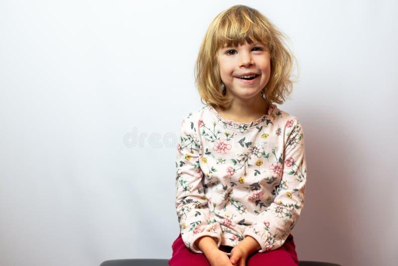 Förskole- flickastudiostående på ren bakgrund arkivfoton