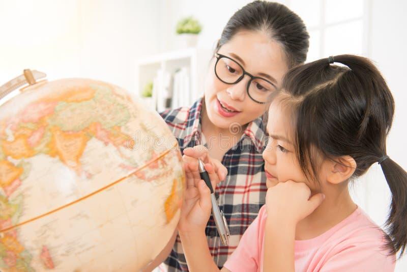 Förskole- lärare som undervisar den gulliga flickan arkivfoto