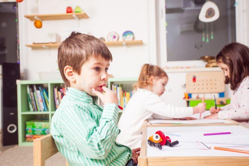 Förskolebarn i dagis arkivfoton