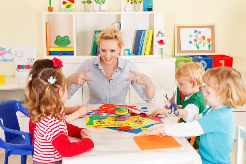 Förskolebarn med läraren royaltyfri fotografi