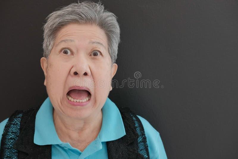 förskräckt äldre kvinna skrämd äldre kvinnlig förvånad pensionär royaltyfri foto
