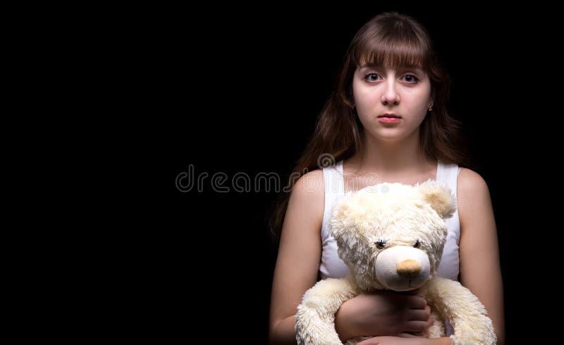 Förskräckt blond tonårs- flicka med nallebjörnen royaltyfri fotografi