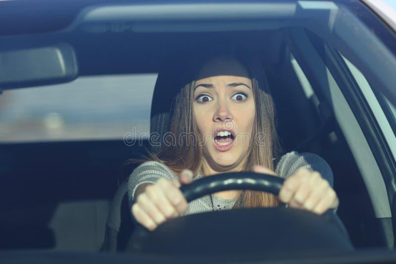 Förskräckt chaufför som kör en bil för en olycka arkivfoton