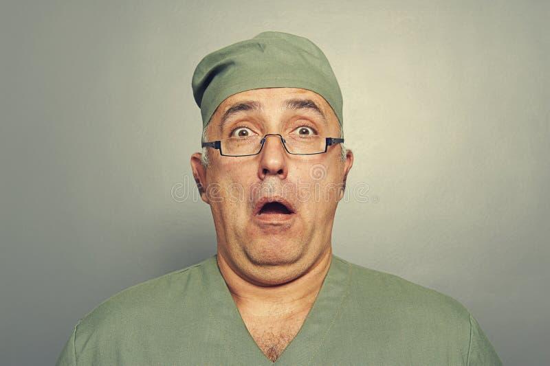 Förskräckt doktor i exponeringsglas royaltyfri bild